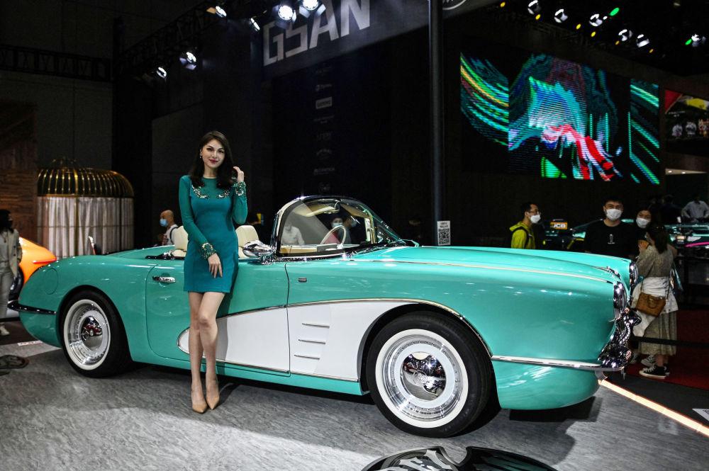 第19屆上海國際車展Songsan汽車旁的車模。