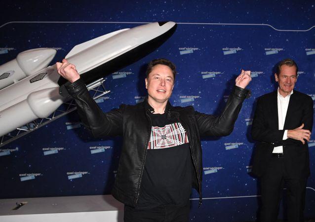 埃隆·馬斯克(左)