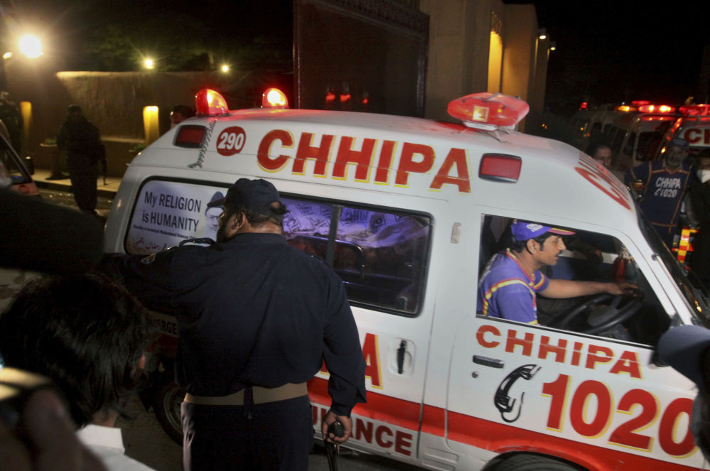 巴基斯坦急救車在爆炸現場運送傷者。
