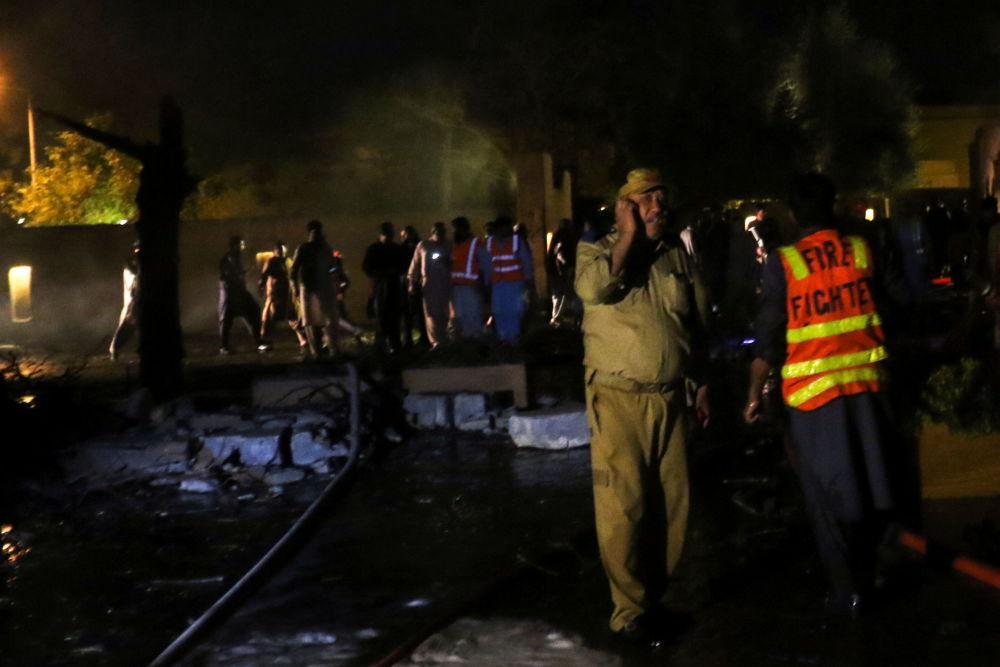 巴基斯坦救援人員在爆炸現場搶救傷者。