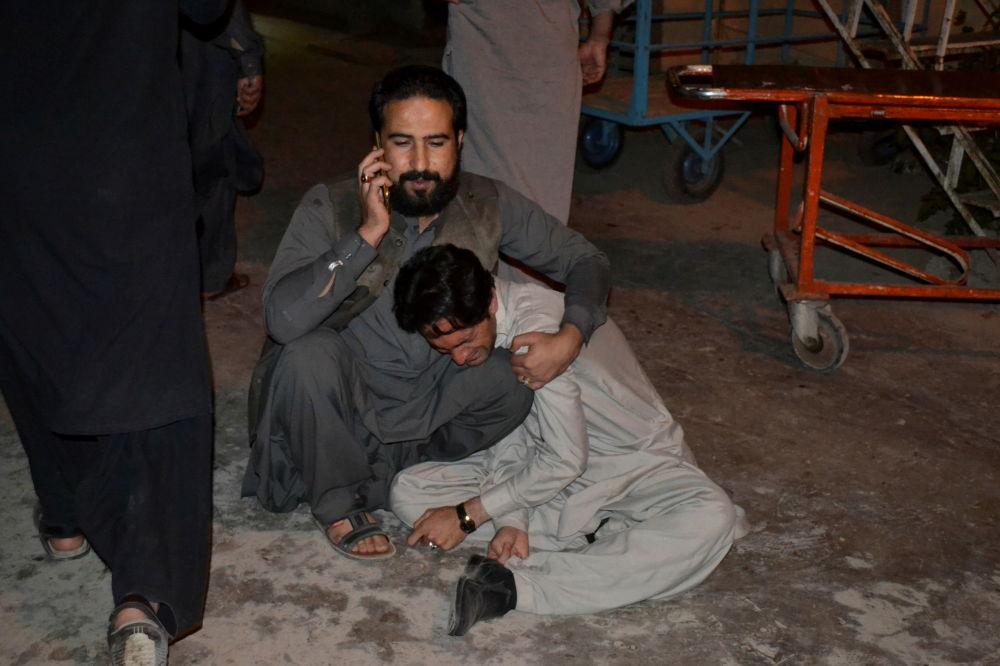 滯留在爆炸現場的巴基斯坦民眾。
