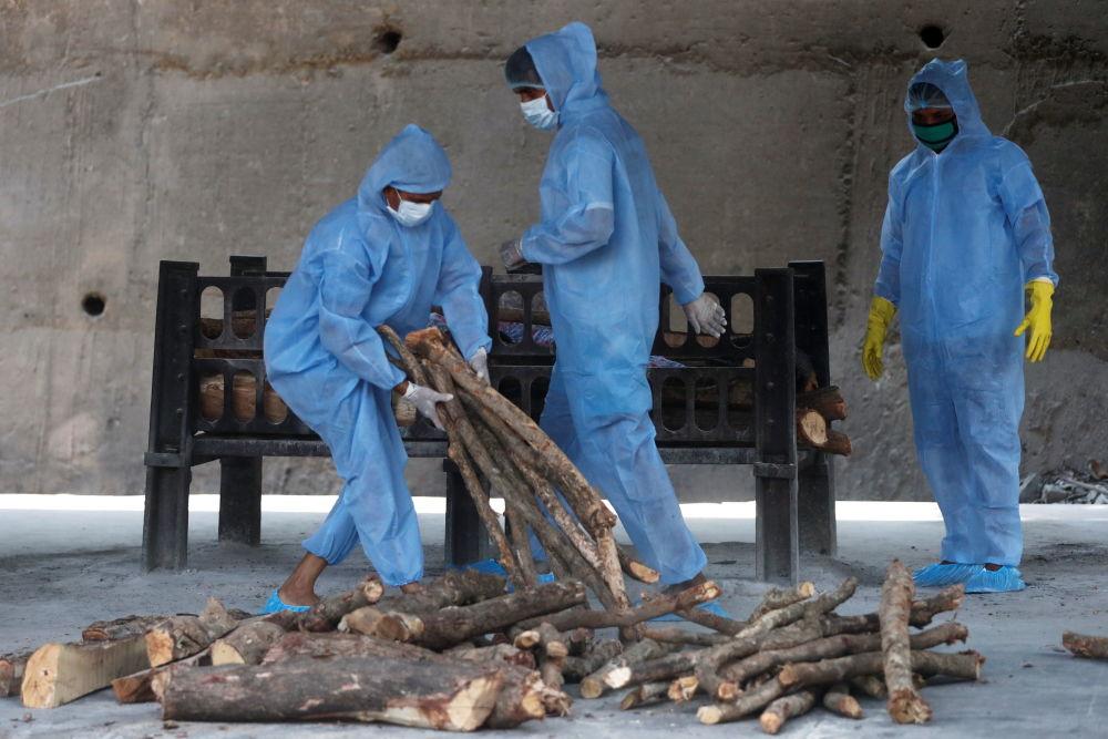 新德里火葬場工人準備焚屍使用的火料。