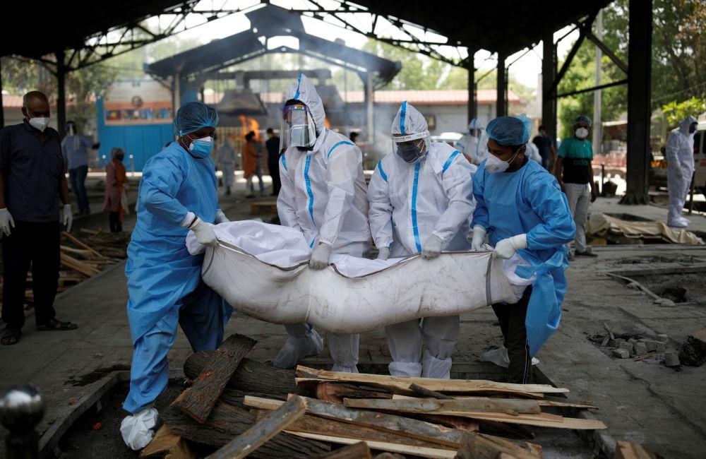 新德里醫務工作者與家屬搬運去世家屬。