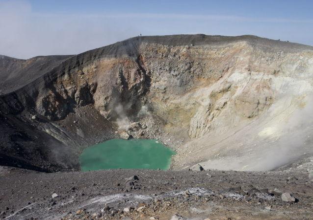 俄千島群島埃別科火山噴發出3000米灰柱