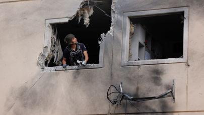 以色列拆彈專家在阿什克倫拆除未爆火箭彈。