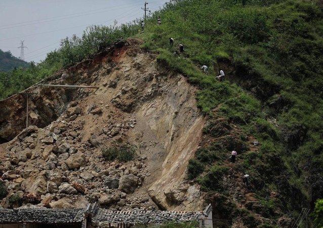 雲南鳳慶公路隧道坍塌 已導致4人遇難