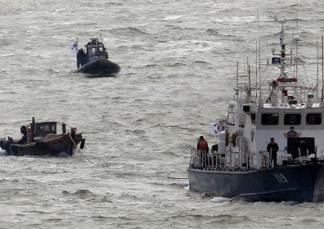 兩名韓國貨輪船員獲救,搜救另外22人的工作仍在繼續