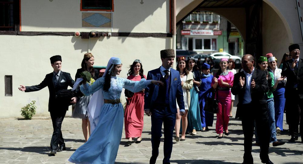 巴赫奇薩賴的克里米亞韃靼人婚禮上的民族舞蹈