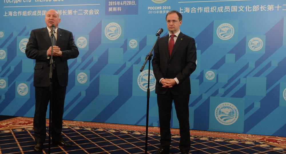 上合組織秘書長德米特里•梅津採夫與俄羅斯文化部部長弗拉基米爾•梅金斯基(從左至右