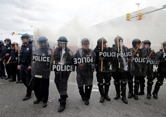 巴爾的摩實施宵禁後抗議活動仍繼續,數十人被捕