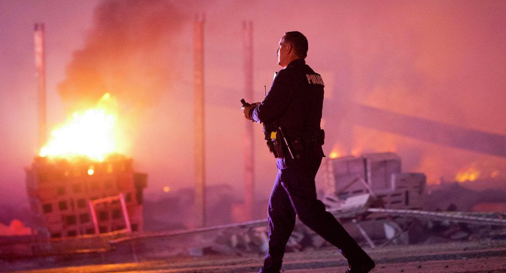 美巴爾的摩警方向違反宵禁的示威者使用煙霧彈