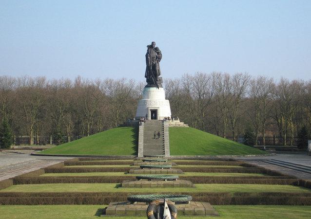 柏林舉行向蘇聯犧牲軍人紀念碑獻花圈儀式