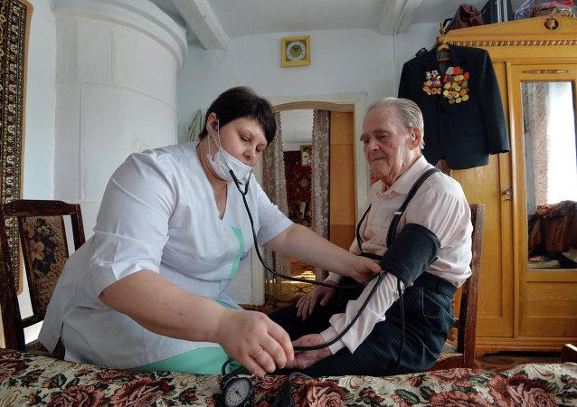 偉大衛國戰爭中的老戰士尼古拉·瓦西里耶維奇·季托夫接待了醫生