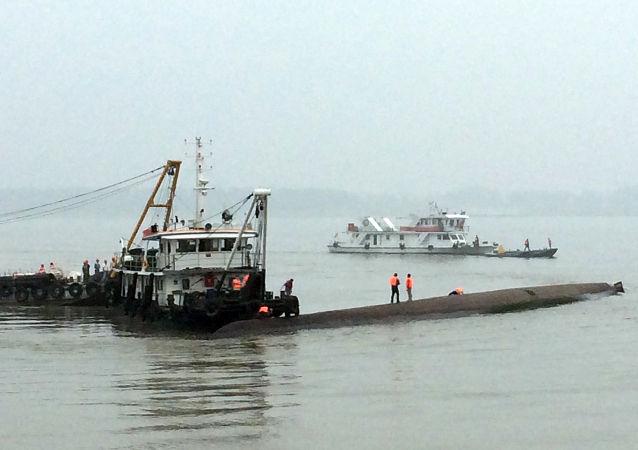 在長江上的中國救援人員(資料圖片)