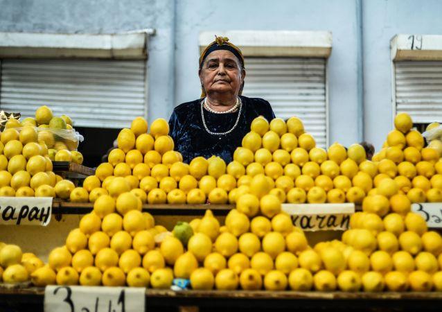 巴庫「八千米」市場的女售貨員