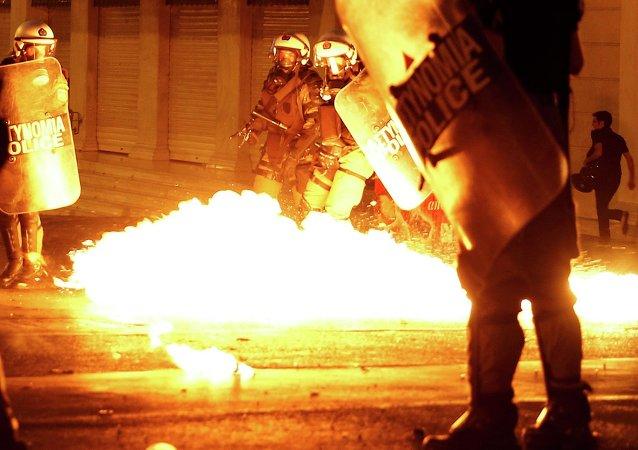 希臘議會附近發生騷亂,警方使用催淚彈