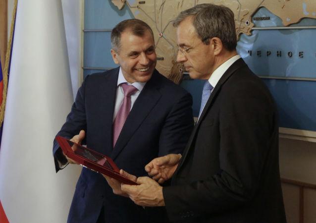 法國議員在克里米亞(右邊)