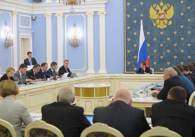 俄總理梅德韋傑夫在政府會議上表示