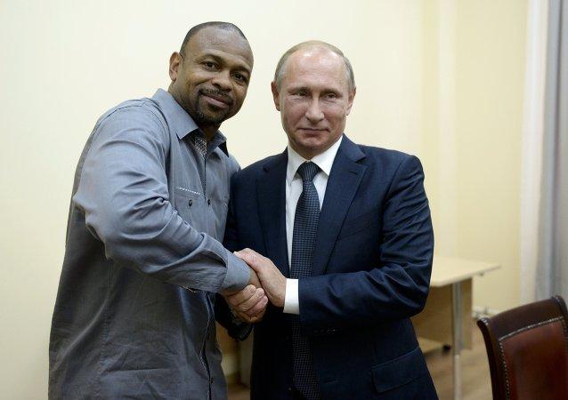 普京承諾幫助著名美國拳擊手小羅伊·瓊斯獲得俄國籍