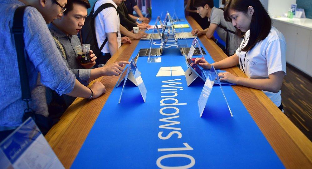 在首爾的遊客檢查Windows系統/資料圖片/