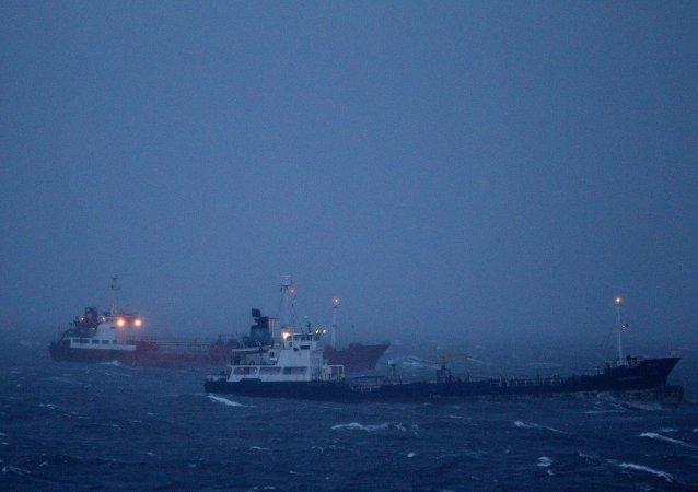 俄濱海邊疆區拖船撞上沈沒的駁船後漏洞