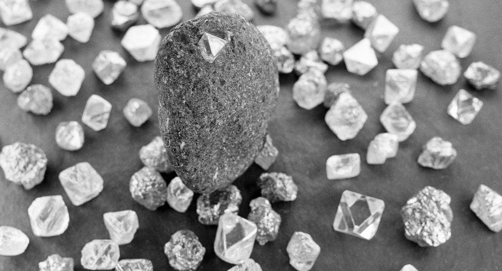 中國學者使用一塊金剛石建成世界上首台穩定的量子計算機