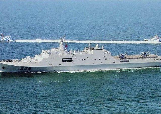 華媒:中國自主研制的首型兩棲攻擊艦25日下水