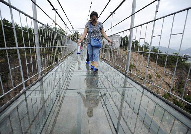 中國高空透明玻璃吊橋嚇倒首批遊客