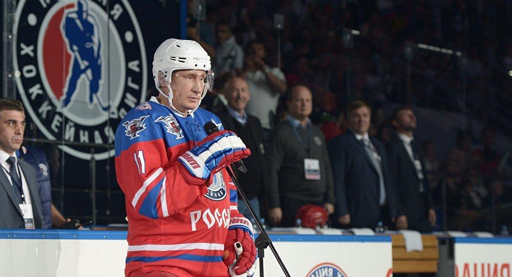 普京在索契冰球中心與著名冰球運動員競技