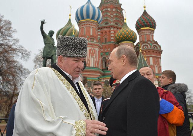 普京向紅場上米寧與波扎爾斯基紀念雕像獻花