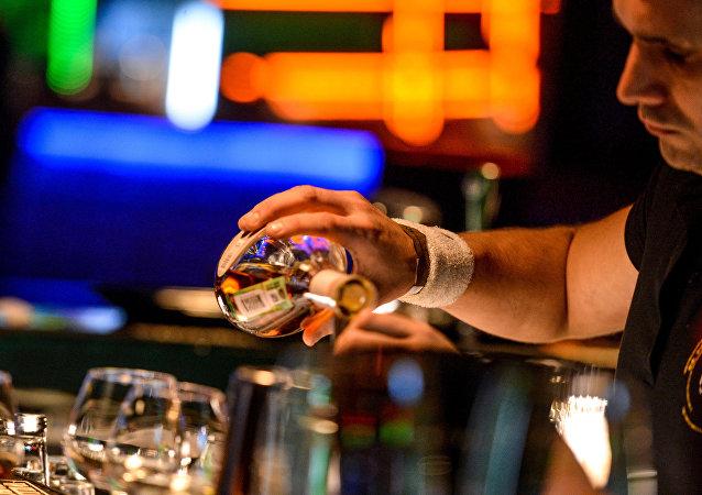 莫斯科一調酒師打斷一名點了雞尾酒男人的脊椎