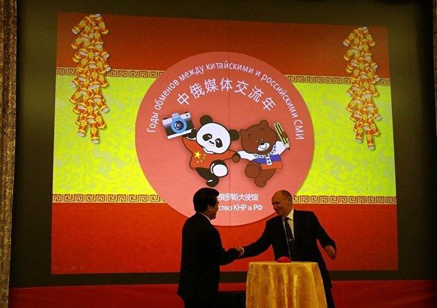 俄聯邦總統辦公廳副主任阿列克謝•戈羅莫夫和中國駐俄大使李輝