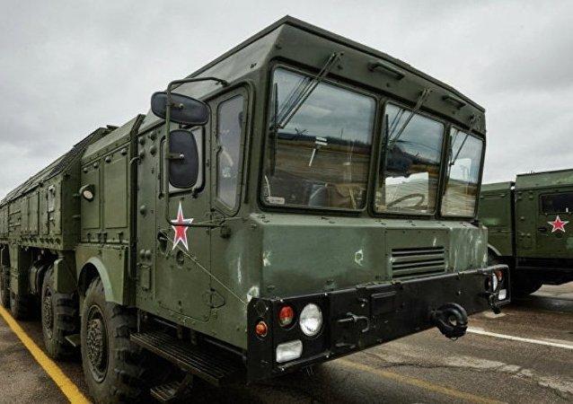俄南部軍區火箭發射人員發射伊斯坎德爾——M導彈