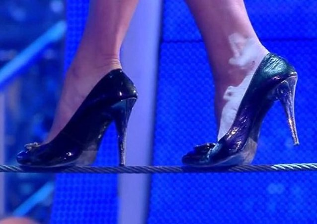 一名俄羅斯女演員創下高跟鞋走繩索的世界紀錄