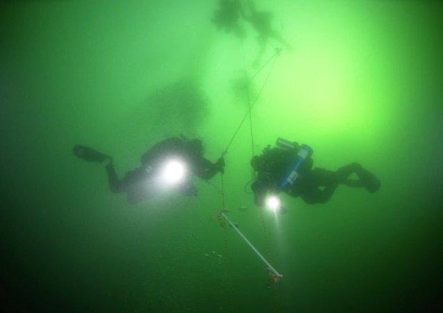 俄潛水者創下新的冰潛世界紀錄