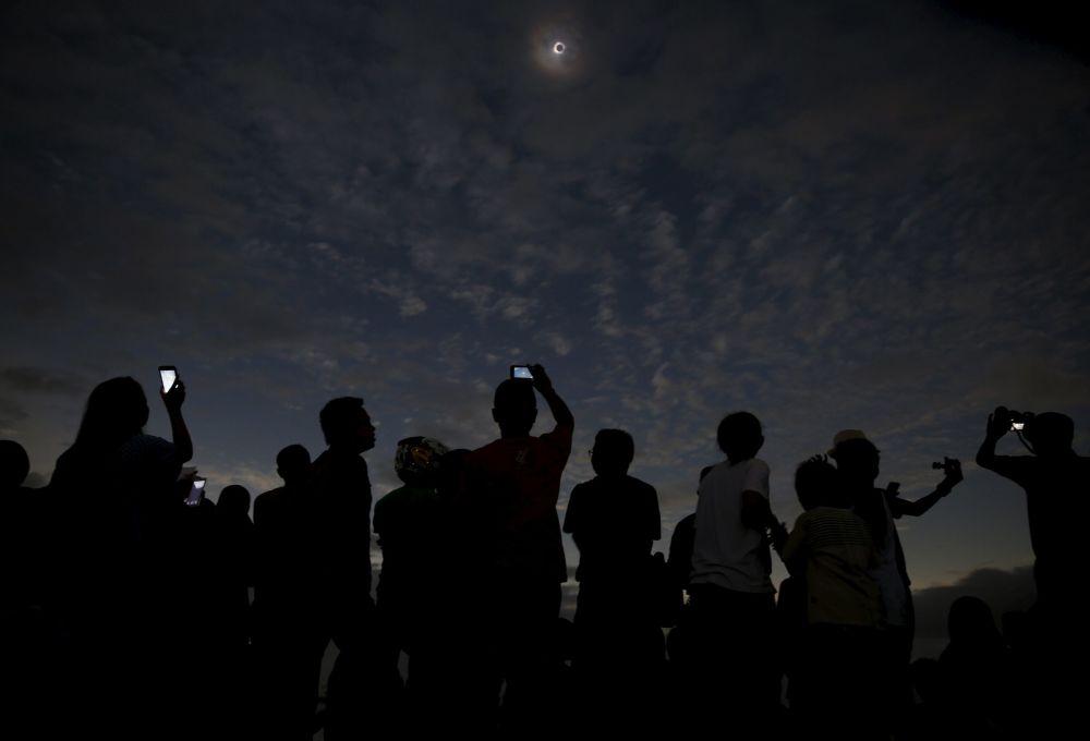 印度尼西亞和太平洋地區國家的上萬民眾週三晚上觀看到了日全食。日食的最佳觀測地點位於印尼西部。