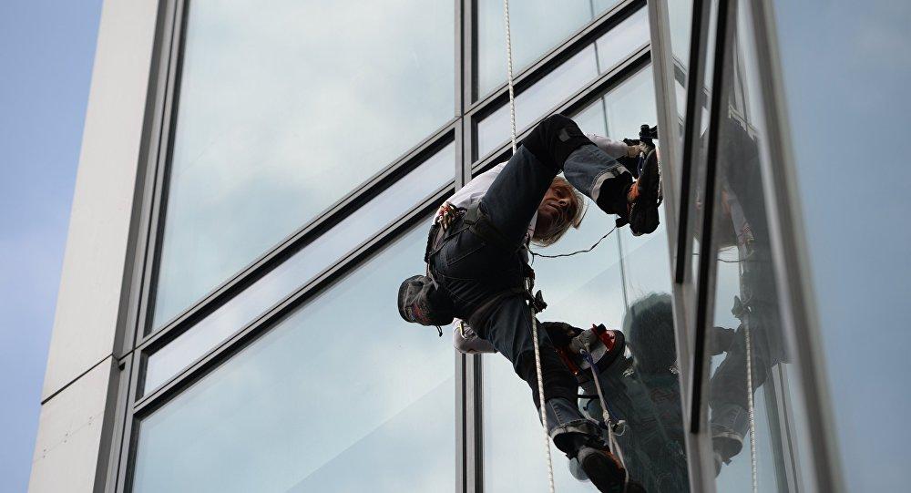 「蜘蛛人」阿蘭·羅伯特爬上了阿拉木圖的最高樓