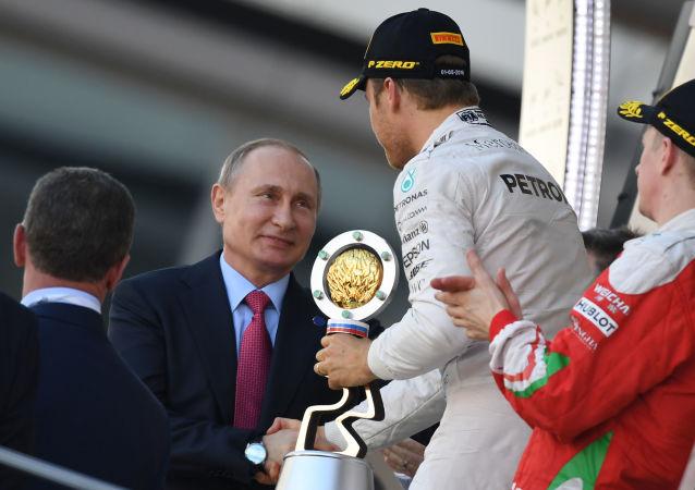 普京抵達索契汽車賽場觀看F1方程式賽車