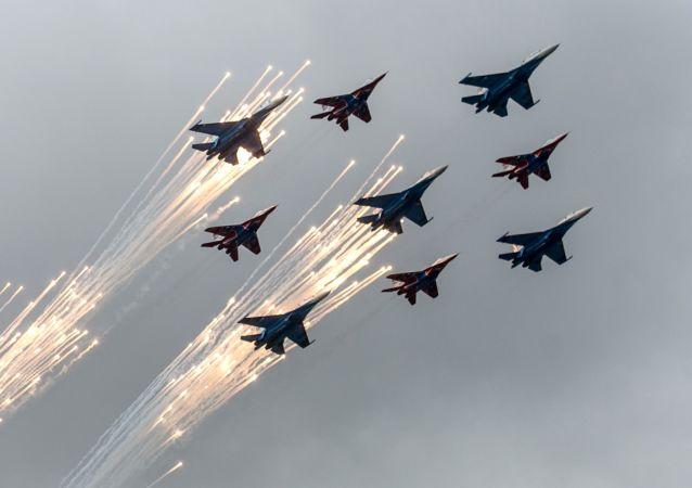 莫斯科郊外庫賓卡舉行「雨燕」與「俄羅斯勇士」誕生日紀念飛行秀