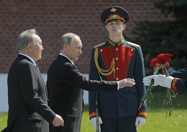 普京向克里姆林宮紅牆外無名烈士墓獻花