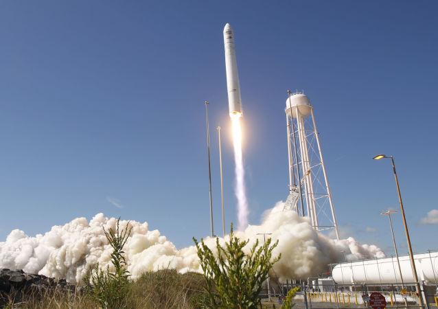 安塔瑞斯號火箭攜帶天鵝座飛船從瓦勒普斯航天發射場升空
