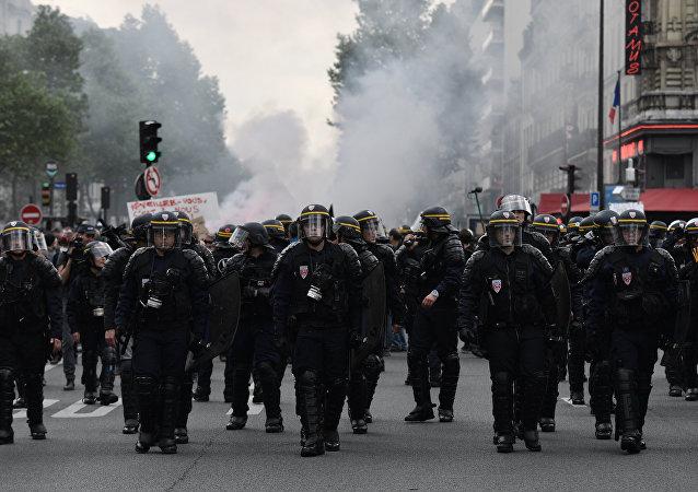 巴黎警方使用催淚彈應對示威參與者