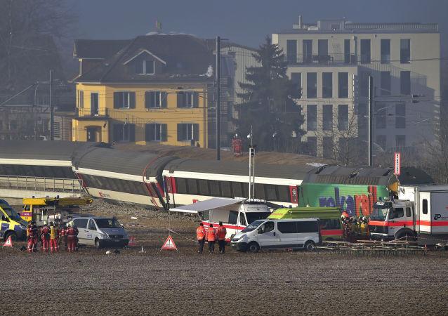 瑞士火車與巴士在鐵路道口相撞致17人受傷
