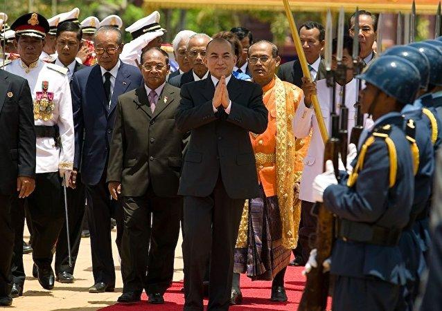 柬埔寨國王諾羅敦·西哈莫尼(中)