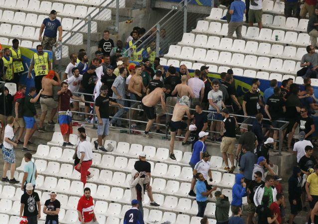 Футбольные фанаты после окончания матча Россия - Великобритания на ЧЕ в Марселе