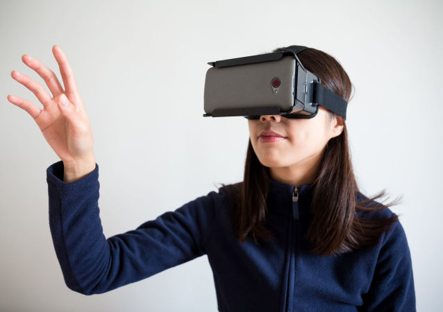 Девушка в очках виртуальной реальности