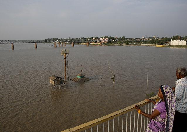 印媒:印度恆河發現數十具疑似死於新冠病毒的死者屍體