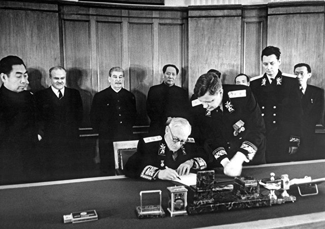 蘇聯和中國1950年簽署《中蘇友好同盟互助條約》。蘇聯外交部長安德烈·維辛斯基簽署條約。周恩來、維亞切斯拉夫·莫洛托夫、約瑟夫·斯大林、毛澤東、鮑里斯·波採羅布、Н.Т.費奧多羅夫、中國駐蘇聯大使王稼祥出席。