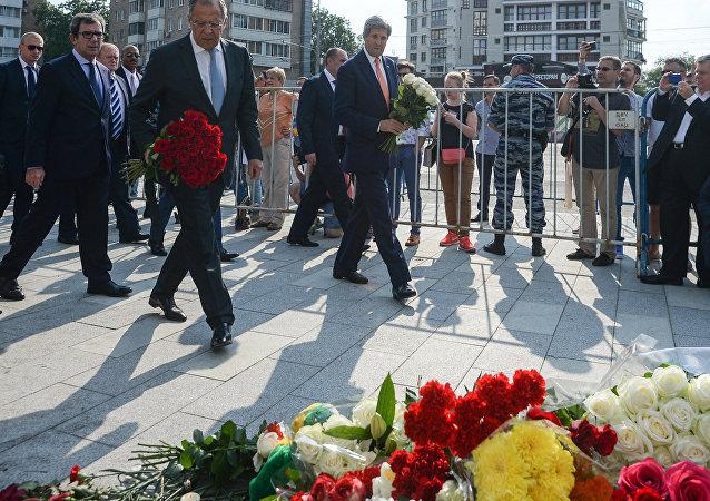 拉夫羅夫和克里前往法國使館悼念恐怖襲擊受害者