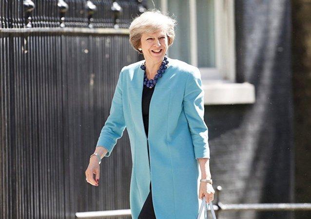 英國首相特蕾莎·梅在議會選舉中投出選票